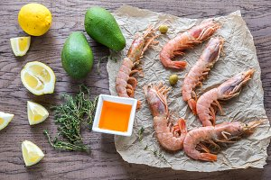 Raw shrimps with avocado and lemon