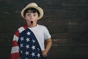 child with the flag of the USA