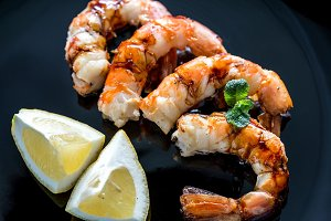 Fried shrimps with lemon