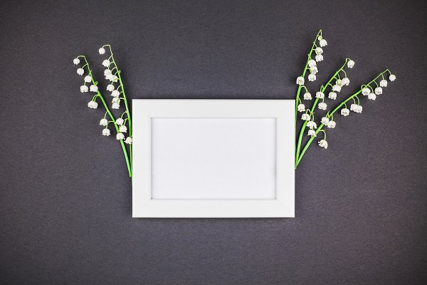 Frame mock up with bouquet of lilie…