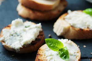 Italian crostini with gorgonzola