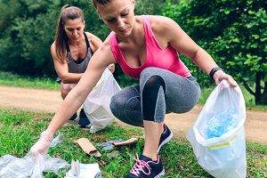 Women picking up trash doing ploggin