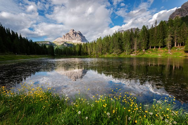 Lake Antorno in the Dolomites mount…