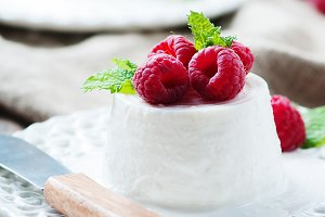 Ricotta with berry and mint,