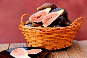 Basket with ripe figs