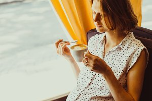 The pregnant woman drinks latte