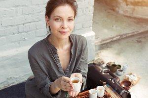 a girl in a gray linen shirt arrange