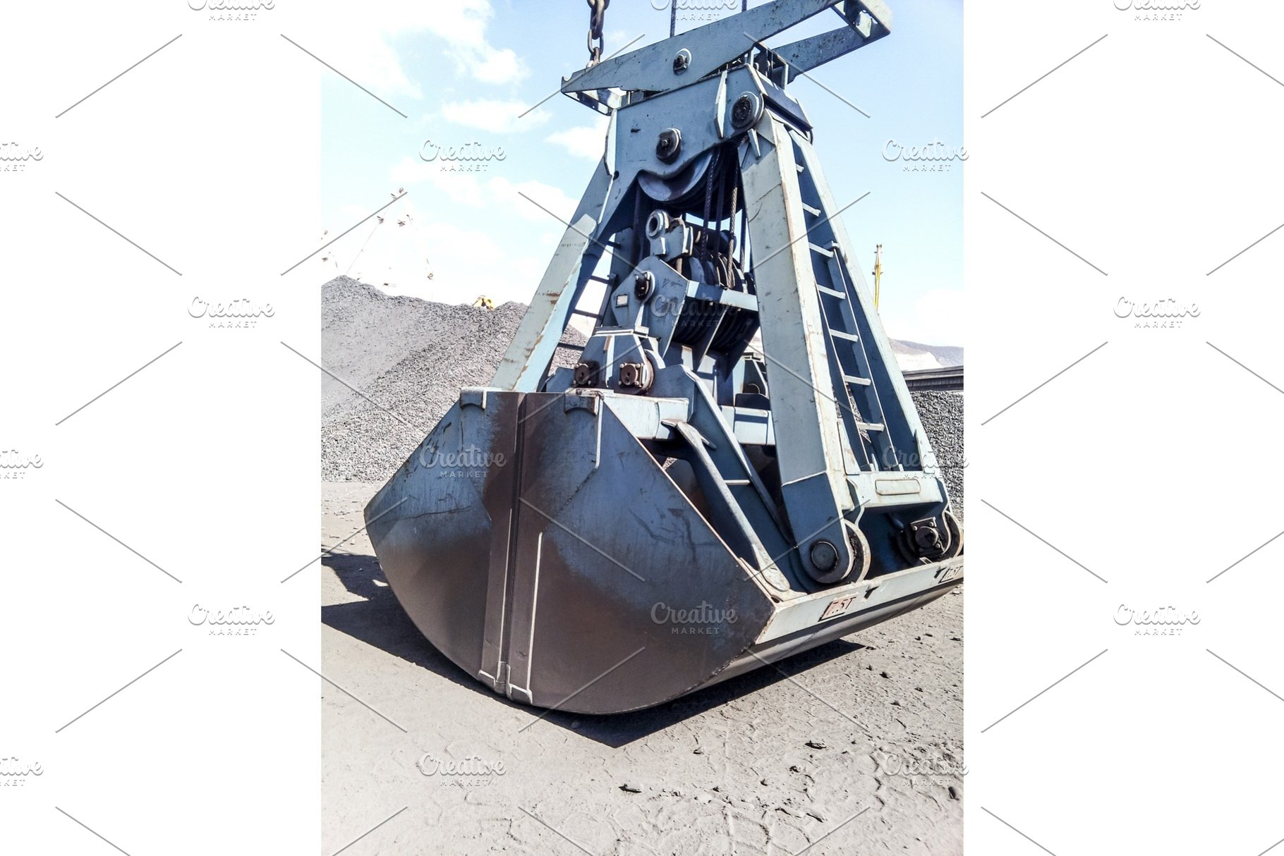 Clamshell bucket in the cargo port