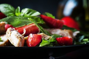 Salad with arugula, strawberries and