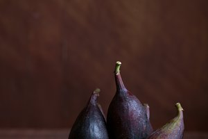 Whole figs and one fig sliced in