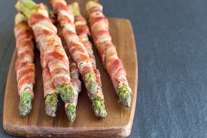 Geen asparagus wrapped with bacon on