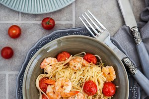 Spaghetti with prawns and cherry tom