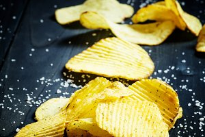 Potato chips and sprinkled salt, sel