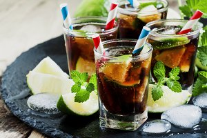 Cuba Libre with lime, mint and ice i
