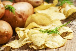 Fresh potatoes and potato chips, sel