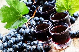 Fresh dark grape juice and fresh ber