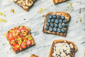 Vegan whole grain toasts with fruit