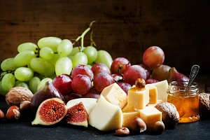 Snack plate for wine: cheese, green