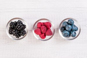 Assorted berries in glass bowls: blu