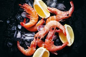 Prawns with lemon slices on ice on d