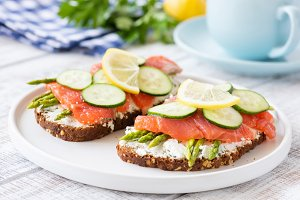 Salmon sandwiches with asparagus