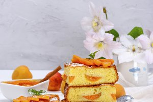 Square pieces of pie with apricot