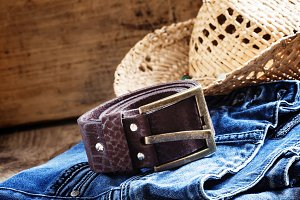 Jeans, straw hat, leather belt - wom