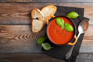 Homemade tomato soup with Basil, toa