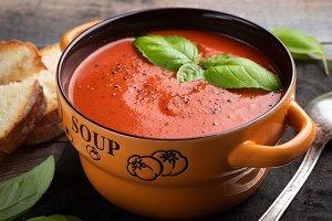 Homemade tomato soup with Basil, toa