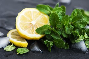 Green mint with lemon and ice
