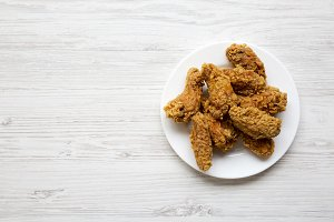 Chicken wings on a round white plate