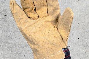 Glove worker