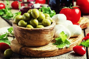 Green olives, cheese, tomatoes and w