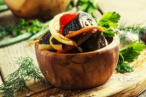 Salad with eggplant, onions and bell