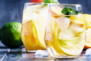 White sangria with fruit and ice, gr