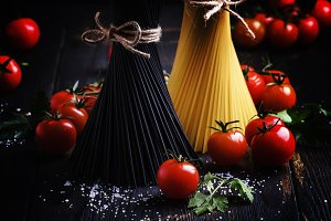Uncooked spaghetti with tomatoes, bl