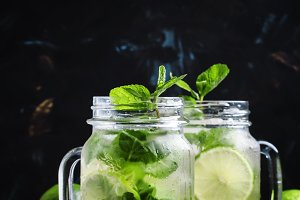 Iced green tea with lime and mint in