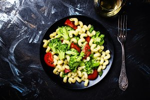 Cooked vegetarian pasta with broccol