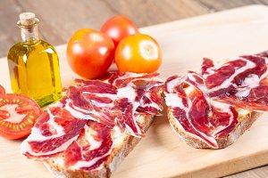 Bread with tomato and ham