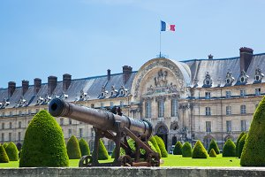 Cannon next to Les Invalides Museum