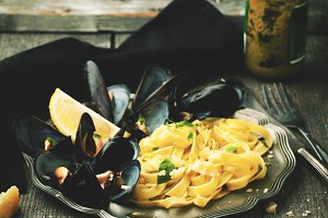 Pasta with mussels and pesto sauce o