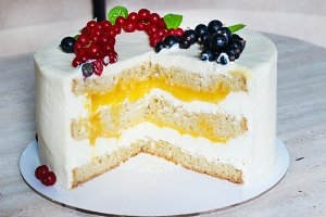Incision Round white cake with