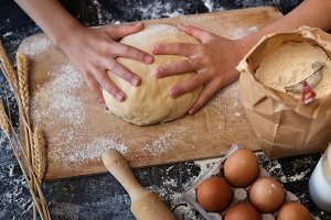 Knead the dough with the ingredients