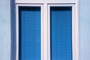 Vertical closed window with blinds o
