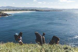 Group of climbers with crash-pads wa