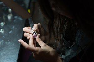 girl master processes the metal plat