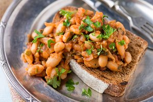 Stewed white beans on toast