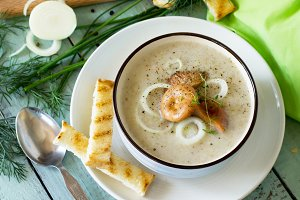 Puree soup mushrooms with croutons i