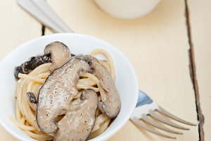 spaghetti pasta and wild mushrooms 001.jpg