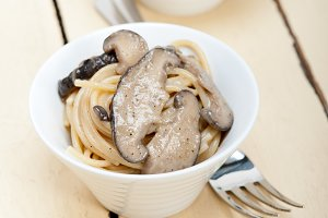 spaghetti pasta and wild mushrooms 002.jpg